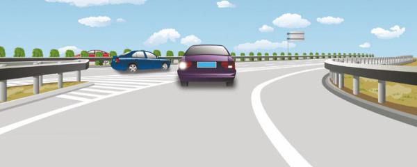 这辆小型载客汽车进入高速公路行车道的行为是正确的。