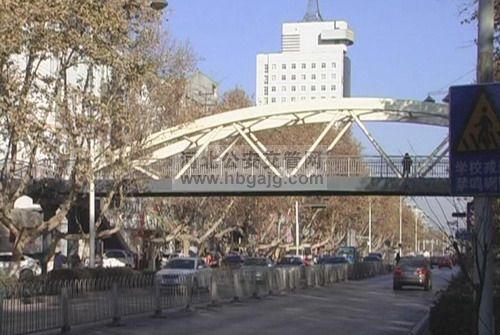 验小学门口过街天桥正式启用