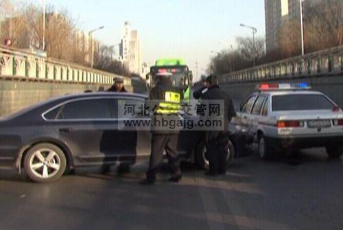 河北省公安交通理_车辆集违法于一身司机理直气壮找借口警钟