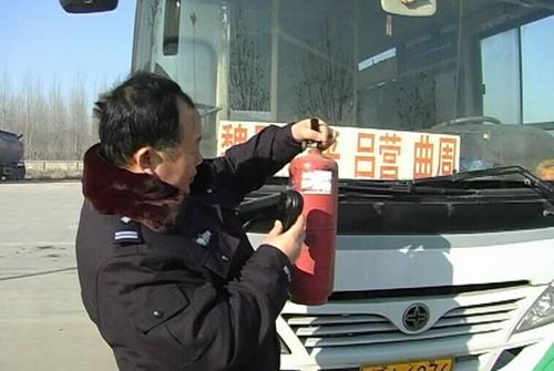 """邯郸交警对部分车辆进行""""春检"""""""