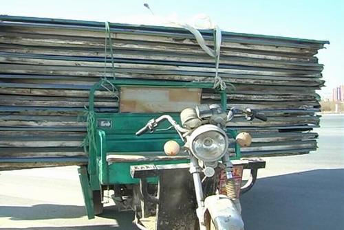 小车拉载大货物 上路行驶存隐患