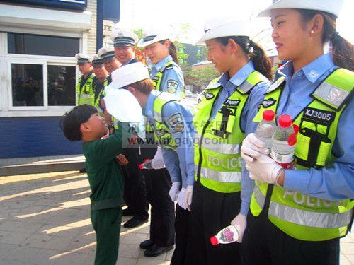 帮交警蜀黍阿姨擦擦汗----幼儿园小朋友为交警送爱心