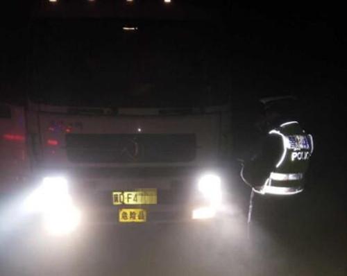 隐身雾中闯禁行 危险品车被查处