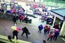 女司机接孩子放学开车失控冲校门口 致3人受伤