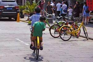 低龄儿童骑车上路 违规又危险!