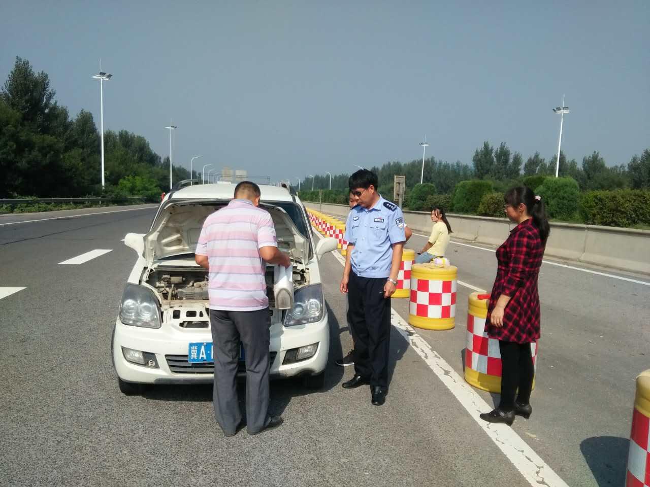 车辆发生故障未摆放警示标志 交警处罚之际不忘帮忙