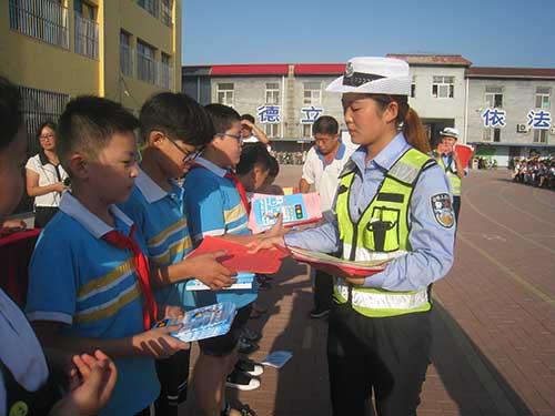 孟村交警进学校开展秋季交通安全宣传