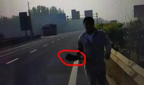 高速公路上逮野鸡,实在太危险!