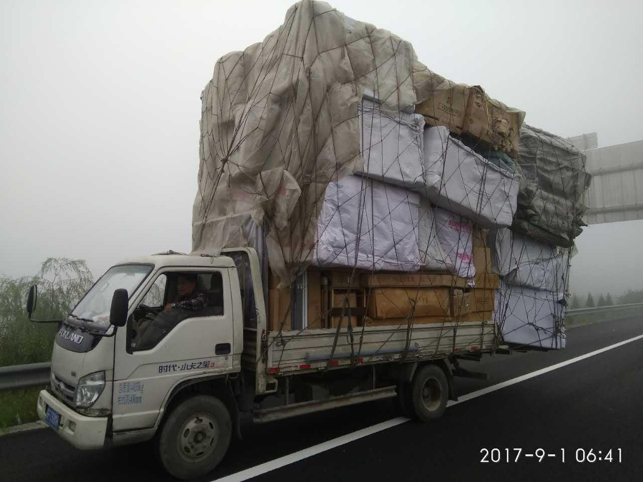 货车拉家具超长超高上路 司机已违法全然不知