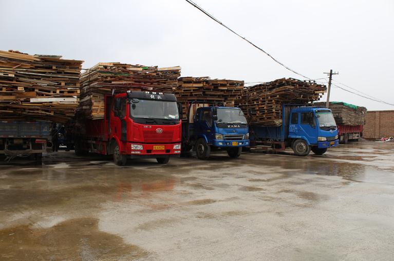 拉运木板货车注意 这样的违法行为不要再有了