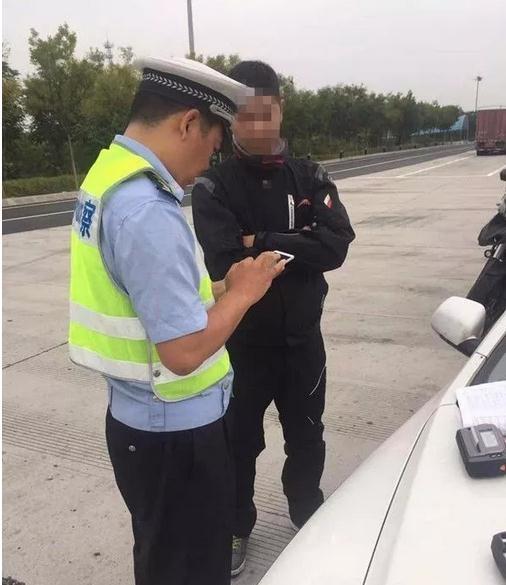 摩托车为省路费载人上高速 民警发现及时劝离