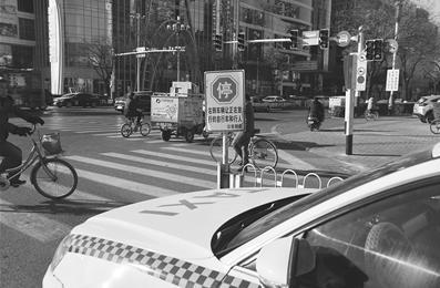 右转没有停车让行 出租车被处罚