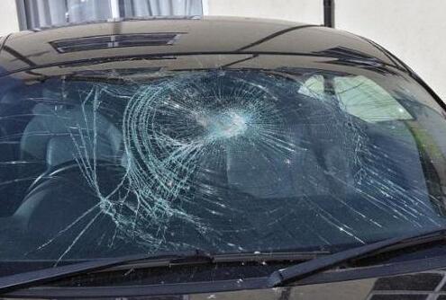 挡风玻璃被砸碎 保险公司拒绝赔偿!