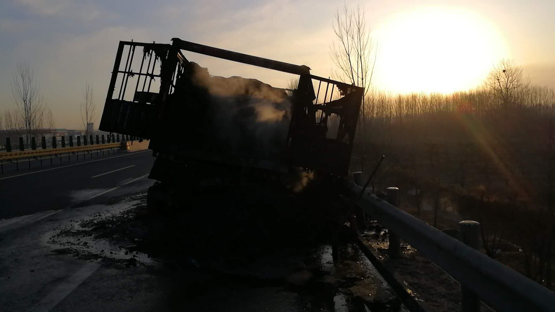 30分钟拉煤货车燃尽12条轮胎