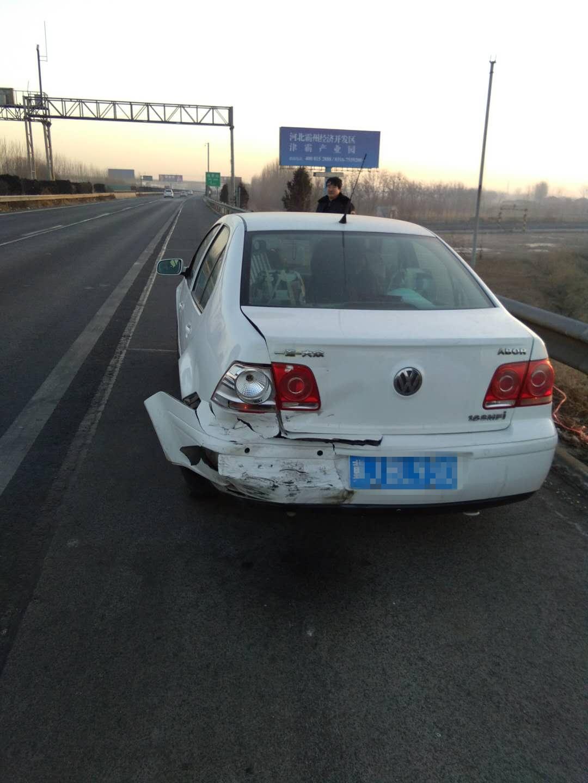 在高速公路行车道停车引发的一起交通事故