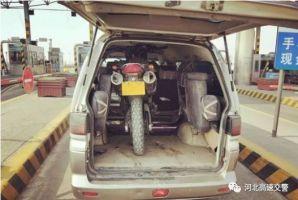 摩托车塞进面包车,安全系数令人堪忧