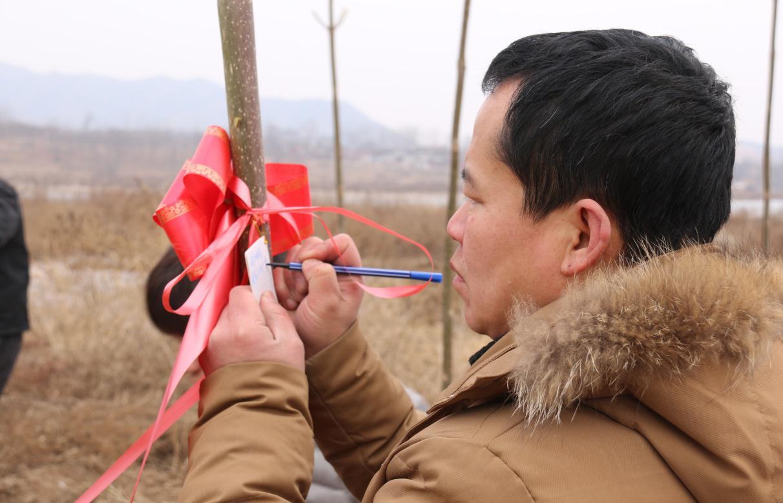 """交通小记者与""""小小交警队""""携手公益企业开展植树活动"""