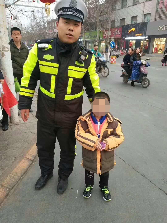 平山交警帮助走失男孩寻找家人获锦旗