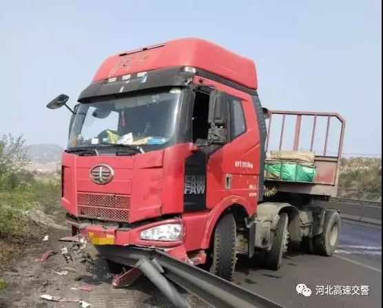 大货车司机疲劳驾驶撞上护栏