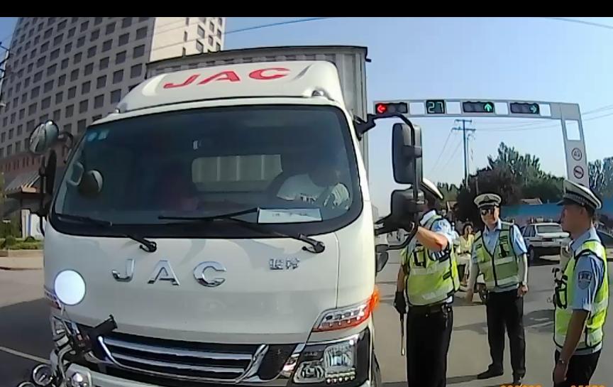 高峰期限行闯红灯不听劝 一司机因阻碍执行职务被拘留