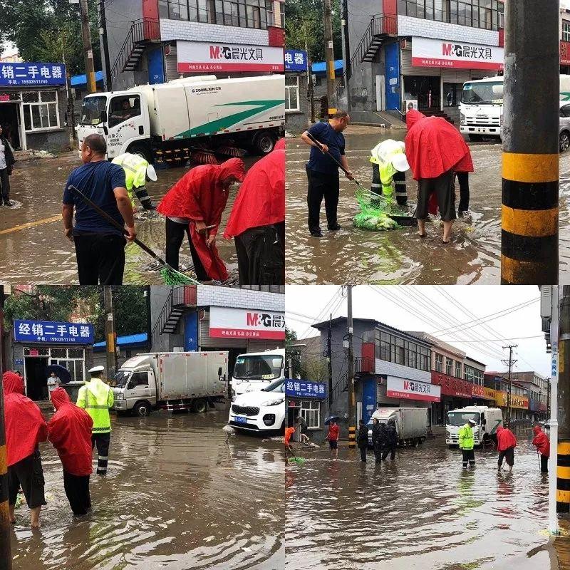 雨中保定公安交警疏堵保畅
