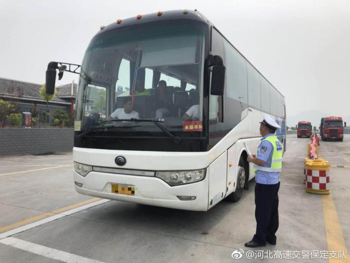 高速交警涞源大队开展客运车辆安全行驶提示宣传活动