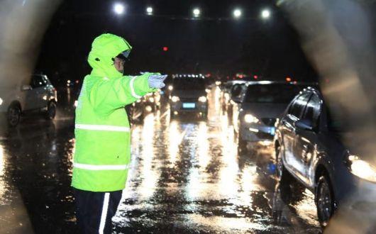 """河北绘制""""雨情线路图""""加强汛期道路交通安全管理工作"""