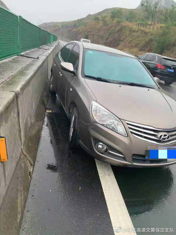 雨天路滑,小车撞隔离带