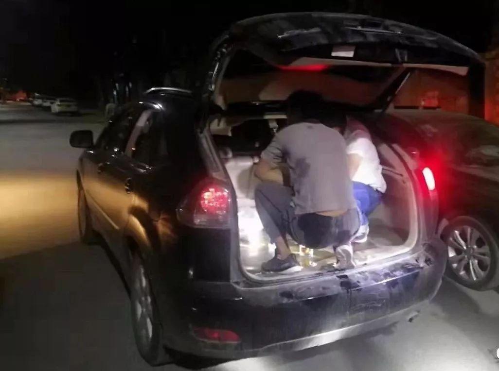 轿车后备箱装三人 不料被交警查获