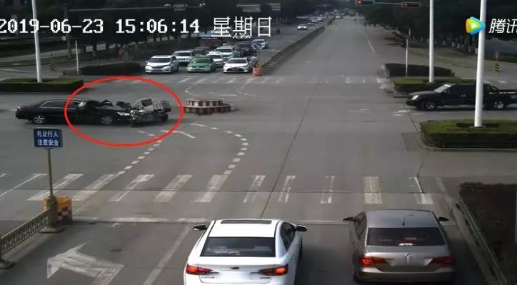 男子驾驶电三轮闯红灯被撞飞!承担事故全部责任!