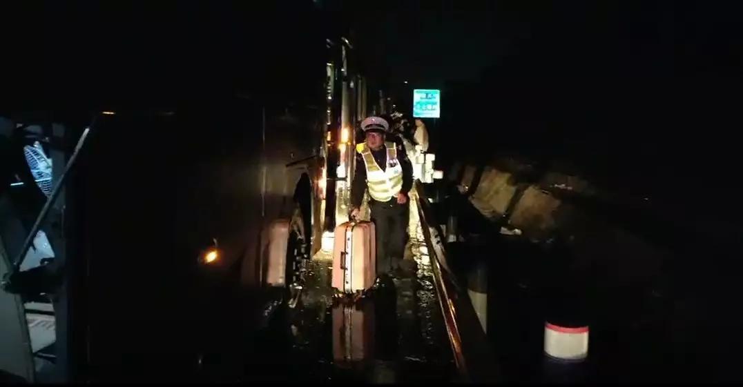 紧急救援4小时!大客车雨夜抛锚,51人被困高速