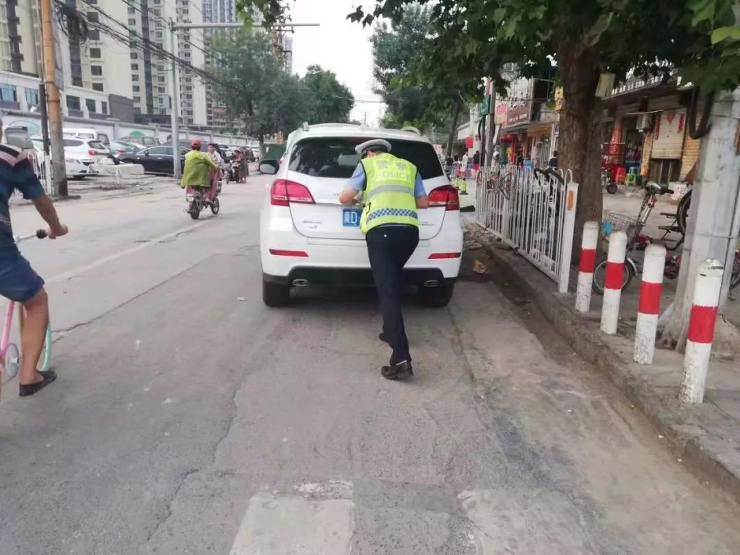 车辆出现故障,民警出手相助
