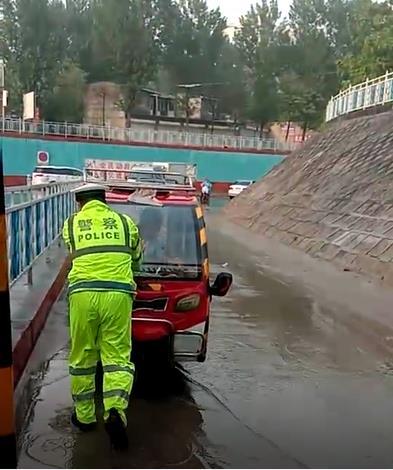 冒雨疏导交通   护桥救助群众