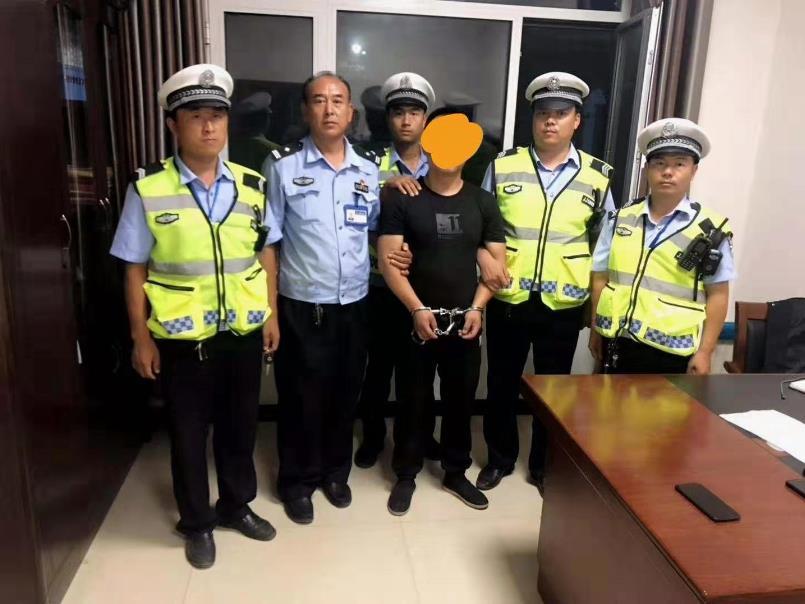 邯郸:交警夜查交通违法 逮到一名网上在逃人员
