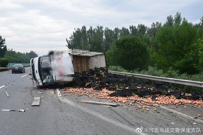 货车高速侧翻,桃子掉落一地