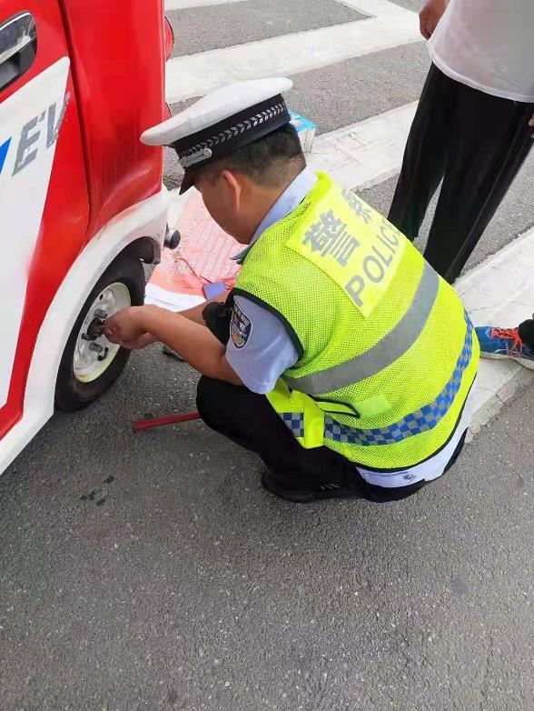 """邯郸:""""轮胎""""难住了工程师  交警出现了!"""