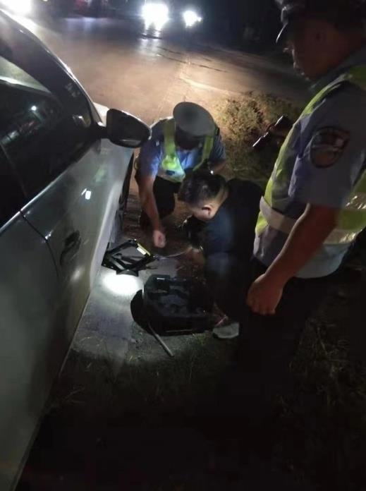 石家庄:藁城交警帮助司机更换轮胎获赞