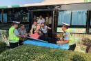 邯郸:六旬老人犯病 驾驶人交警合力救助