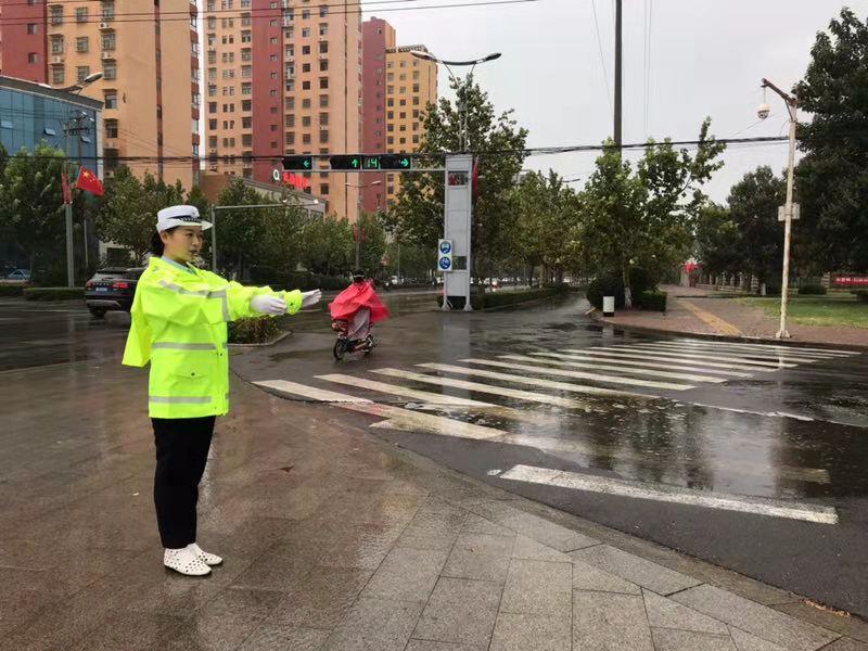 """馆陶交警雨中为上学的孩子们撑起""""安全伞"""""""