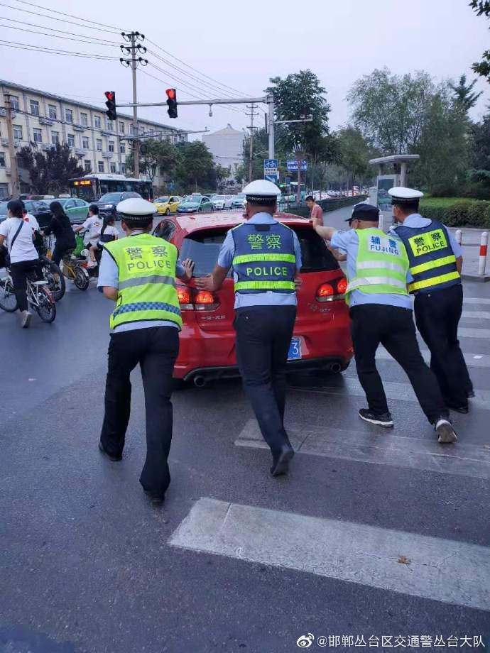 车辆发生故障交警来解围