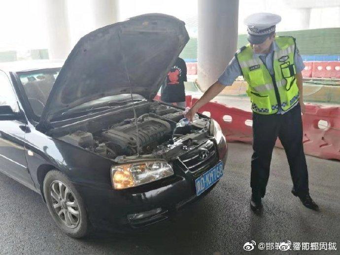 """轿车外出路上""""开锅""""  交警及时救助解困境"""