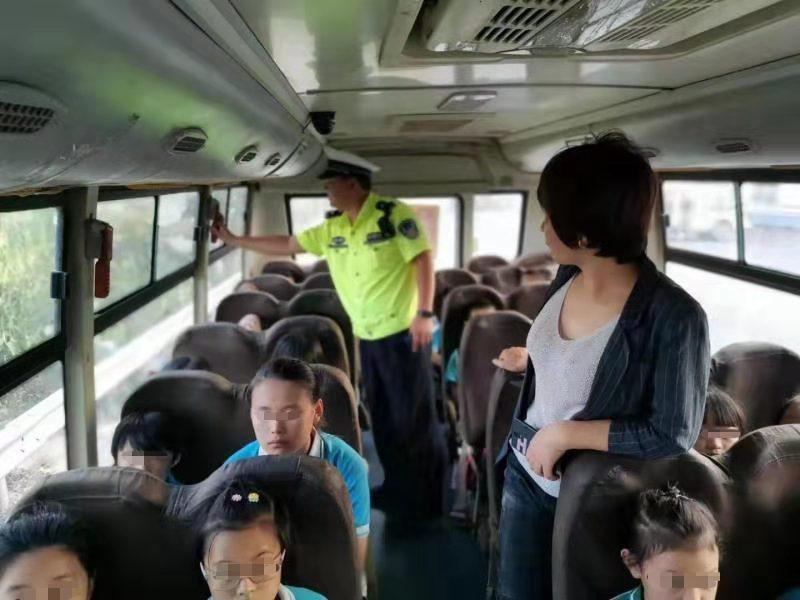 馆陶交警严查校车确保学生的出行安全