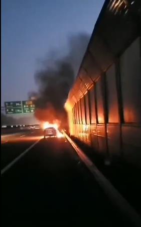 车辆自燃起火 交警果断处置