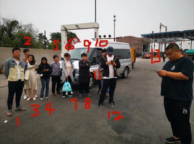 面包车实载13人司机谎称载9人  被交警当场揭穿