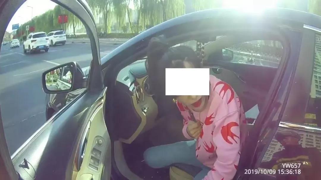 承德:女司机突发病车停路中间 警车秒变救护车紧急送医