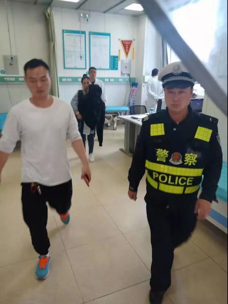 邯郸:儿童高烧不退 交警紧急救助
