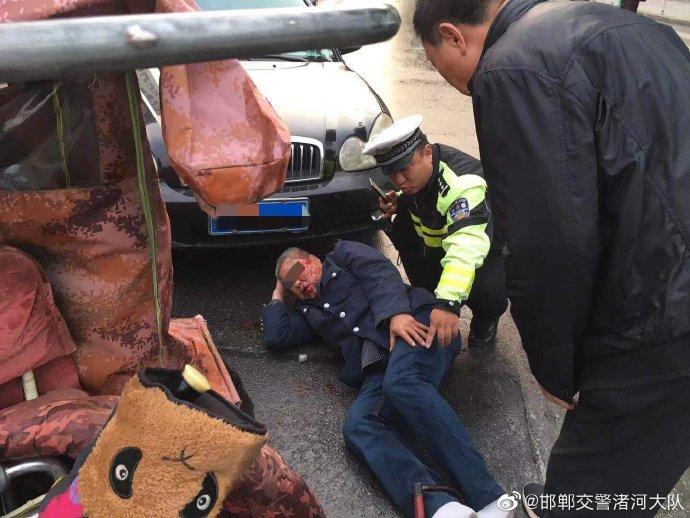 邯郸:因事故老人摔到车下  民警及时救助脱险