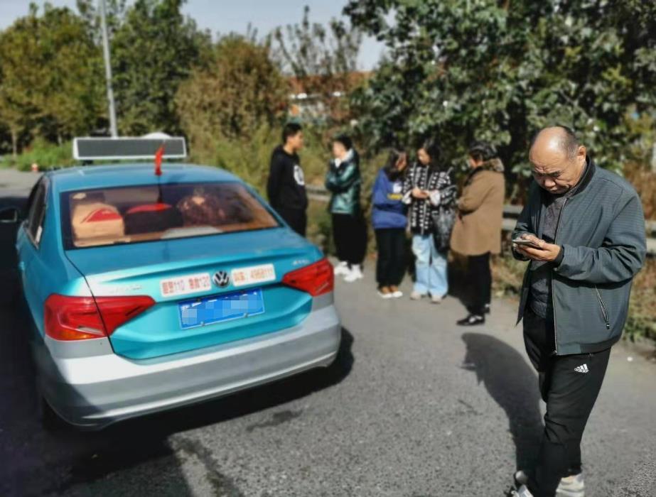 出租车超员违法被查   乘客现场指证