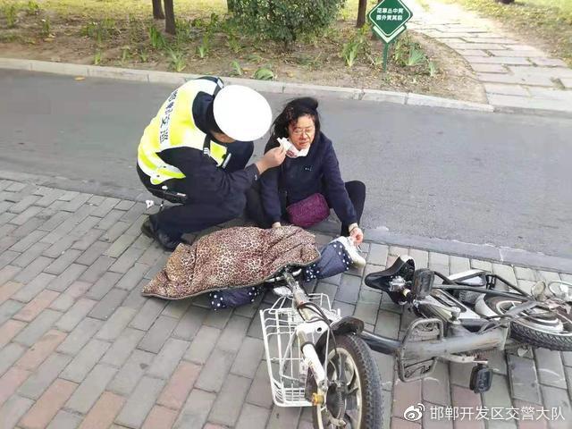 邯郸交巡警支队开发区一大队救助一受伤老人