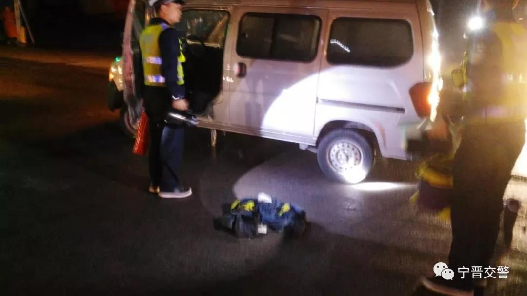 邢台:司机驾车突失火,执勤交警解危情